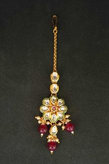 Picture of Kundan & Pearl Embellished Handcrafted Maang Tikka In Maroon Color